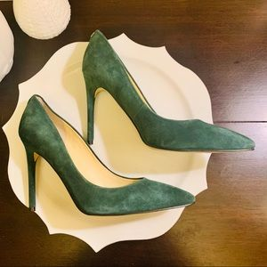 Classic stiletto pump in green suede Like New